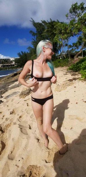 amateur photo Flashing at the beach