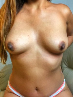 amateur photo Golden skin, perfect tits.