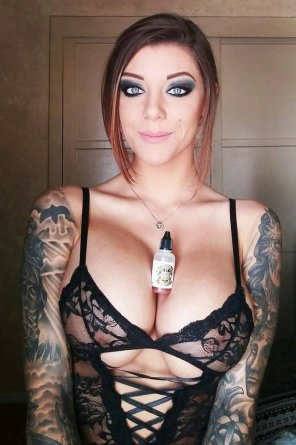 amateur photo Tats, Tits and a pretty face
