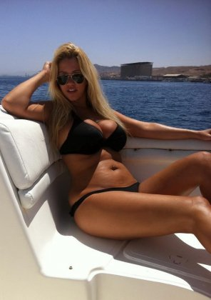 amateur photo Curvy girl out on the water