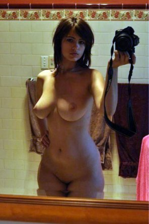 amateur photo Thick brunette in the mirror