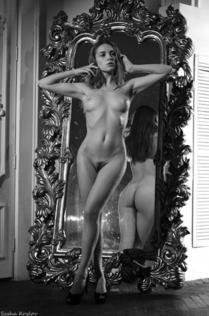 amateur photo Mirror pose...