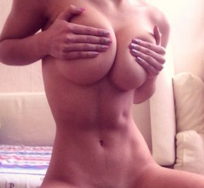 amateur photo Handbra on a fit chick