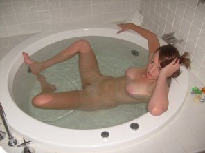 amateur photo Redhead in round tub
