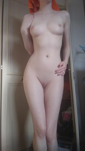 amateur photo It's still morning and there's snow. I'd rather stay naked but here's a snap before I go! [F]