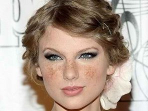 amateur photo Taylor Swift, if she had freckles.