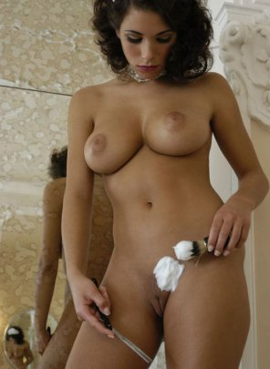 amateur photo She is shaving her pussy