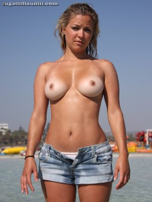amateur photo Topless Natalie posing at the beach