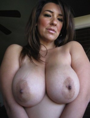 amateur photo Busty brunette milf