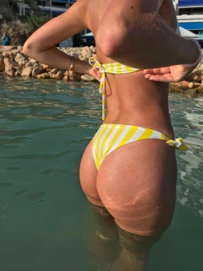 amateur photo my gfs ass in the water, what do you guys think