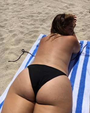 amateur photo Thick girl tanning on the beach