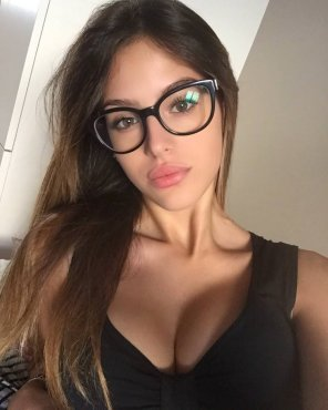 amateur photo Sexy lips and a nice cleavage