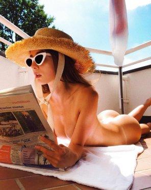 amateur photo Reading outside
