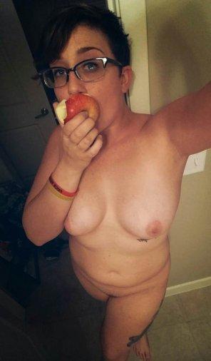 amateur photo Eating an apple
