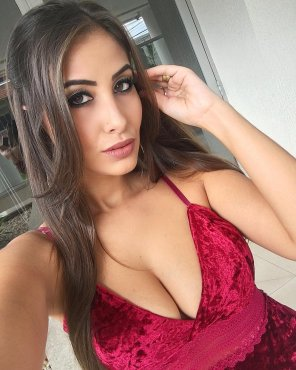 amateur photo PictureHuge cleavage