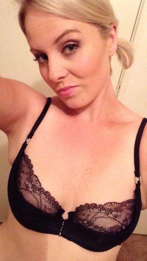 amateur photo Blondie in her bra