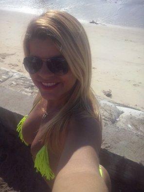amateur photo na praia pegando um sol