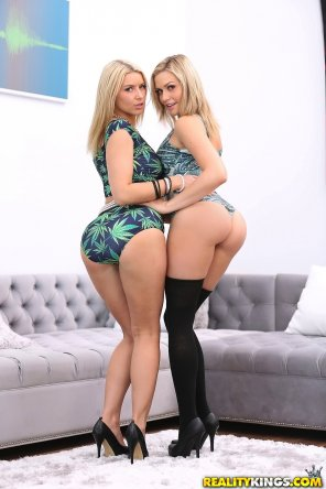 amateur photo Anikka Albrite and Mia Malkova