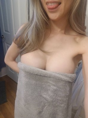 amateur photo Towel cleavage ;)