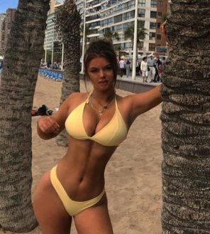 amateur photo PictureHourglass figure in bikini