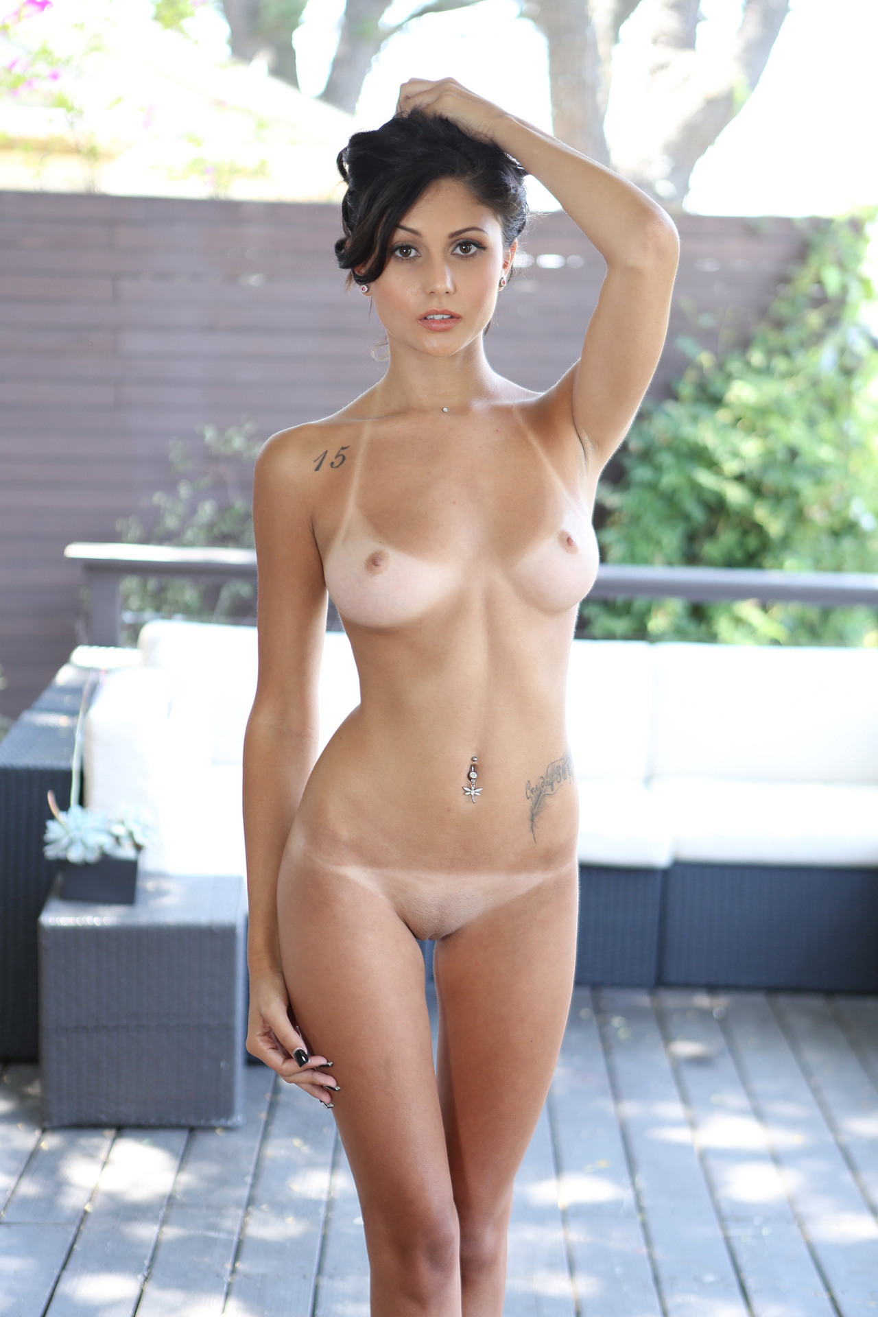 Shaved brunette with a perfect body Porn Pic - EPORNER
