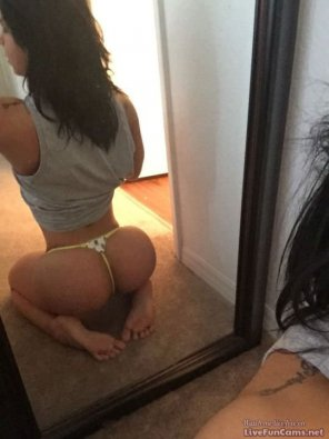 amateur photo Big Ass Girl doing a sexy pose on the mirror.