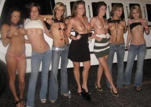 amateur photo How the bachelorette party avoided a ticket for their limo driver