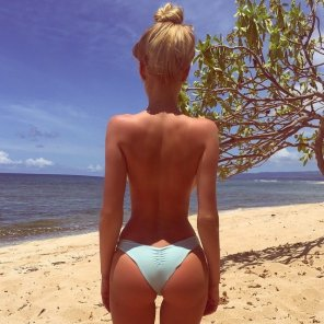 amateur photo Big blonde booty by the beach