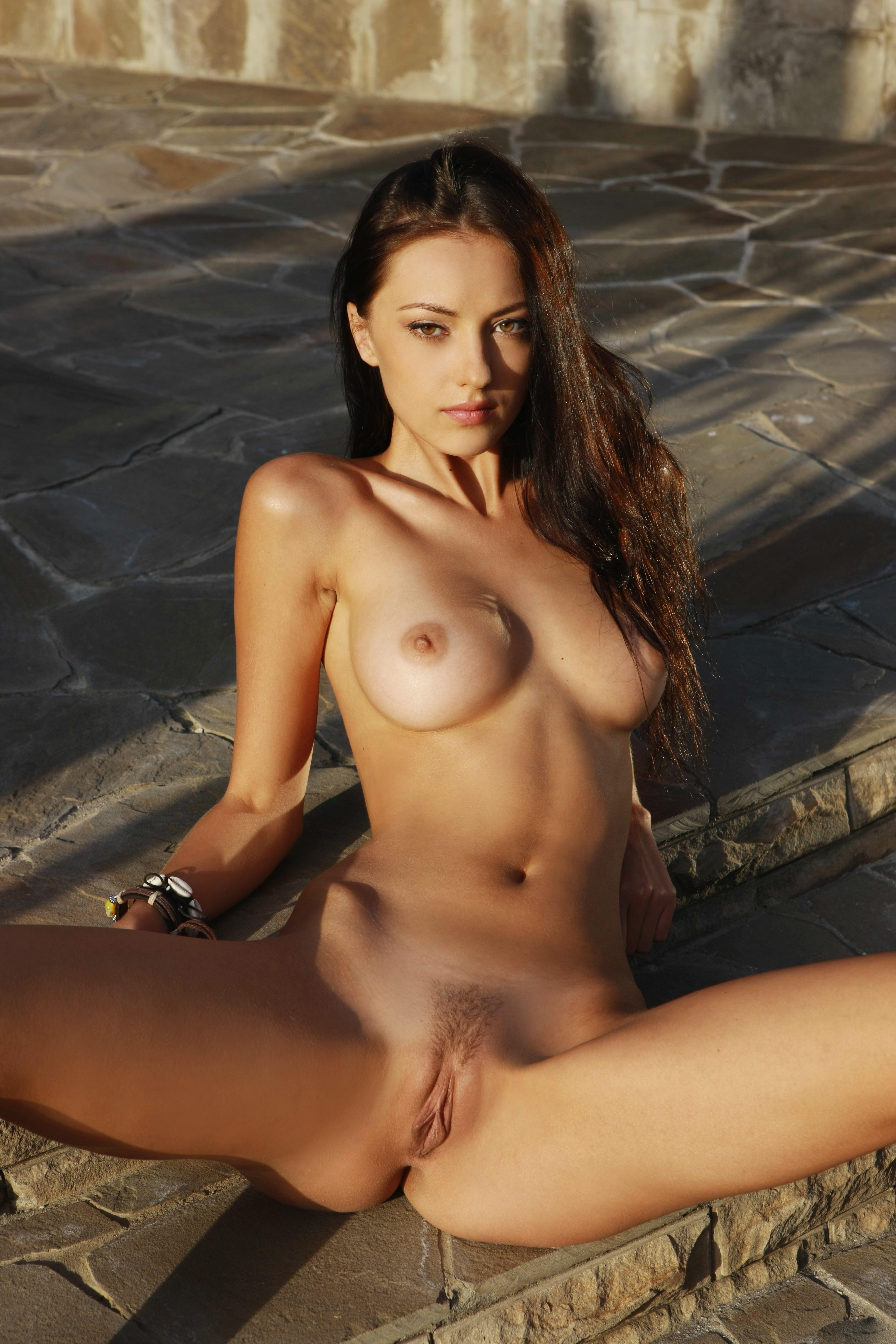 Annas porno, Die erste Dame nackt