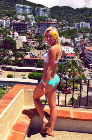 amateur photo A bootylicious blonde in Mexico.