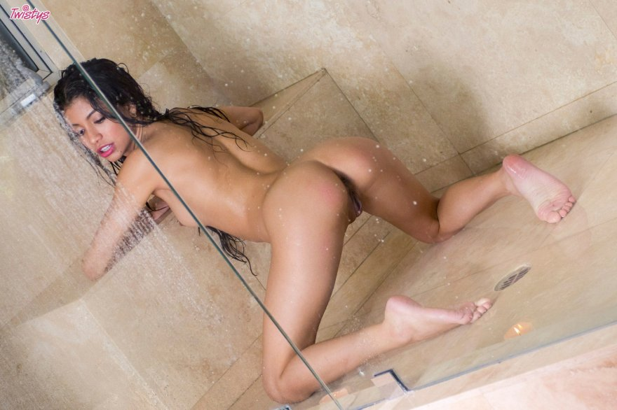 amateur photo Veronica Rodriguez in the shower