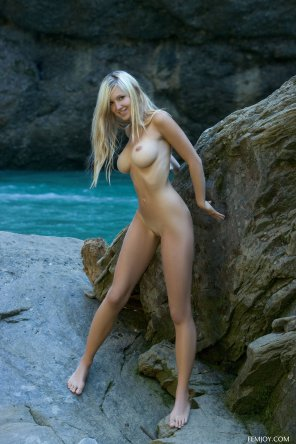 amateur photo Busty by the rocks