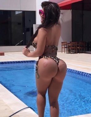 amateur photo Bubble butt girl by the pool