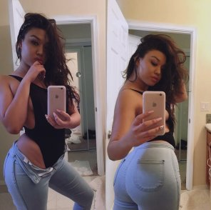 amateur photo Latina in tight jeans