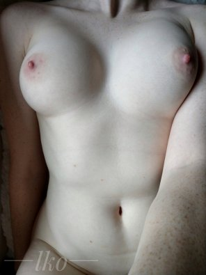 amateur photo [OC] a simple nude featuring my freckles 😌