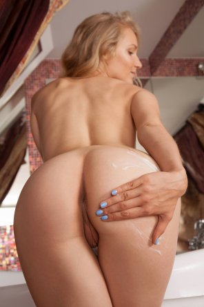 amateur photo Naomi Kiss puts the lotion on