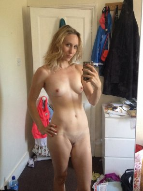 amateur photo Getting a fully-nude selfie