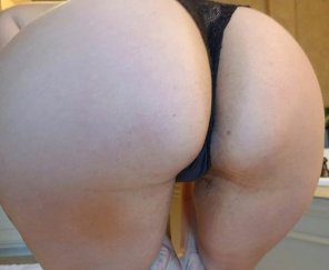 amateur photo Selfie sticks makes the back view even easier. She likes PM's and pix.