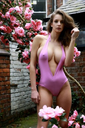amateur photo hotnes with flowers