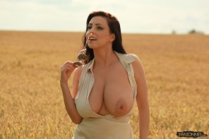 amateur photo Ewa Sonnet in the fields
