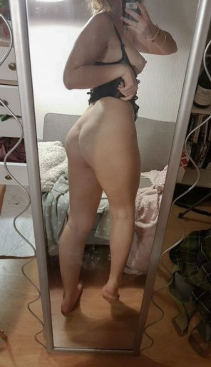 amateur photo I might be small, but my ass isn't !
