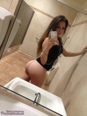amateur photo Public Restroom Selfie [PIC]