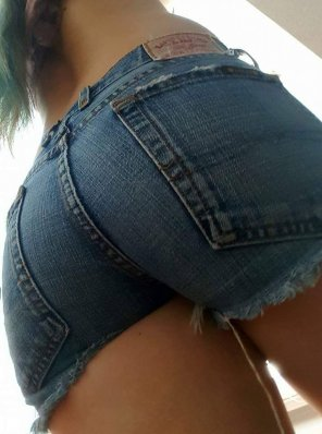 amateur photo who doesn't love cutoffs?