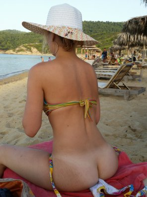 amateur photo Posing her tanlined ass