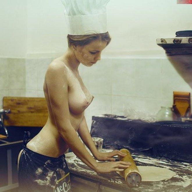 фото голая в фартуке