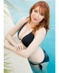 amateur photo Lisa Foiles at the pool