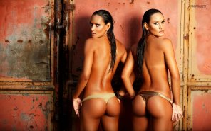 amateur photo Brazilian synchronized swimmers, twins Daniella and Gabriella Figueiredo