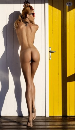 amateur photo Yellow door