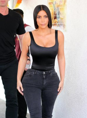 amateur photo Kim Kardashian's hourglass figure in tight, black jeans