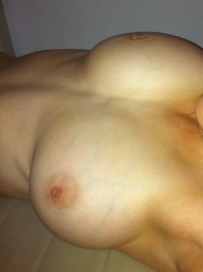 amateur photo Bed boobs